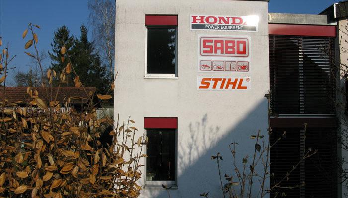 Werbetafeln an Fassade montiert