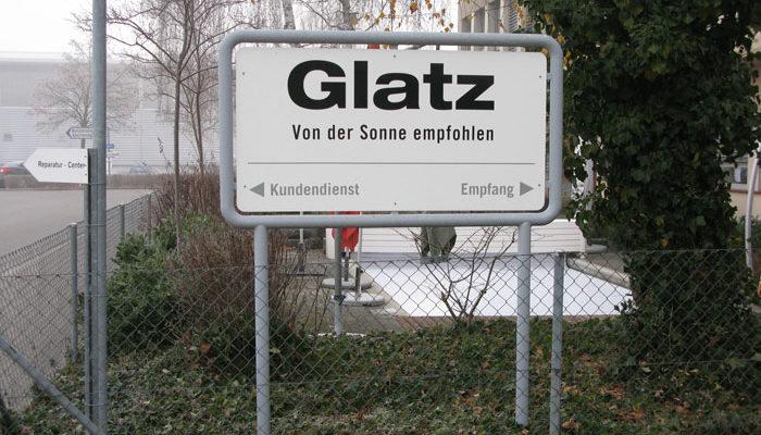 Glatz Logo auf eine Werbetafel mit Rahmen