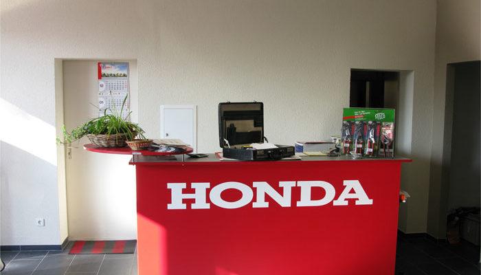 Honda-Logo auf einem Tresen